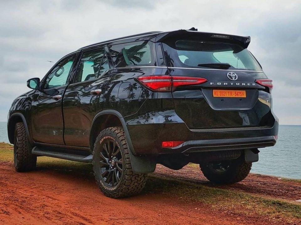 2021-Toyota-Fortuner-all-black-exterior-2