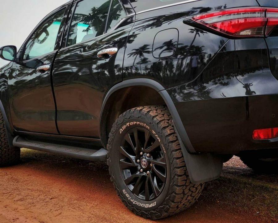 2021-Toyota-Fortuner-all-black-exterior-3
